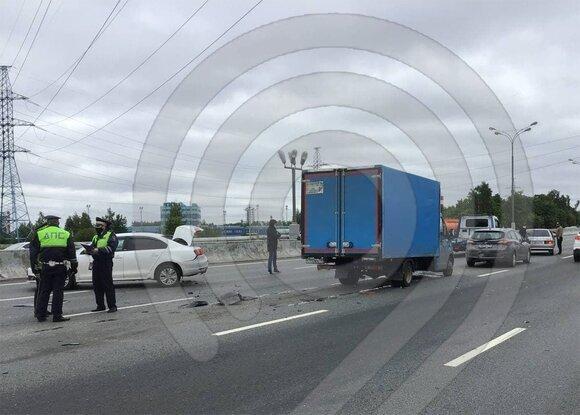 "На МКАД в районе Капотни столкнулись две легковушки и фургон Фото из тг-канала ""Депртанс Оперативно"""