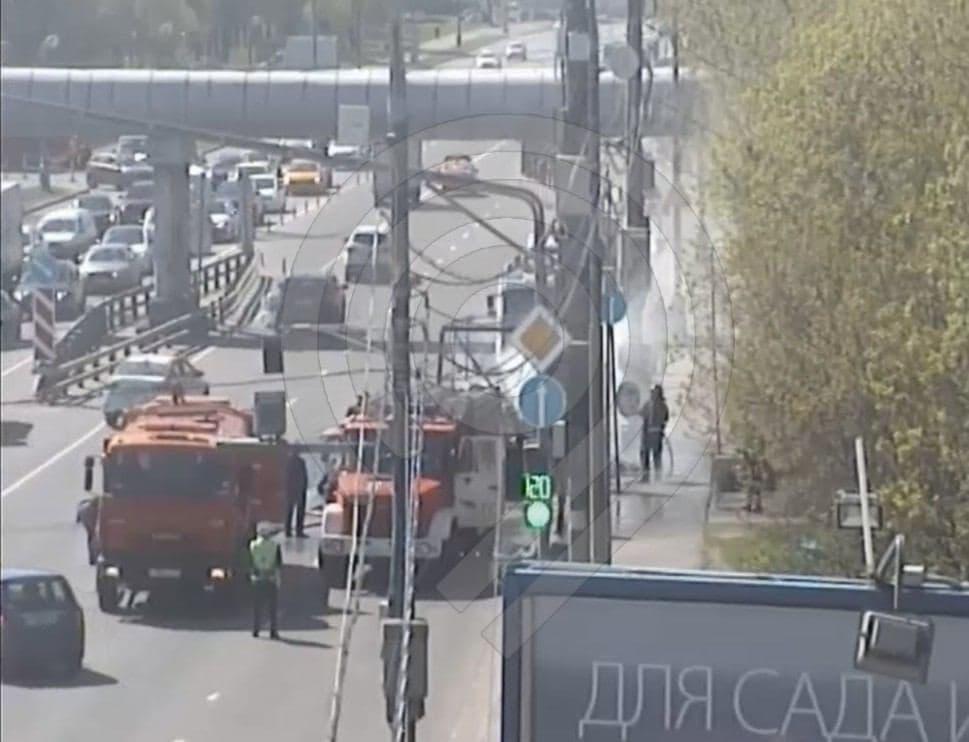 Легковой автомобиль загорелся на Верхних Полях Скриншот из тг-канала департамента транспорта г. Москвы